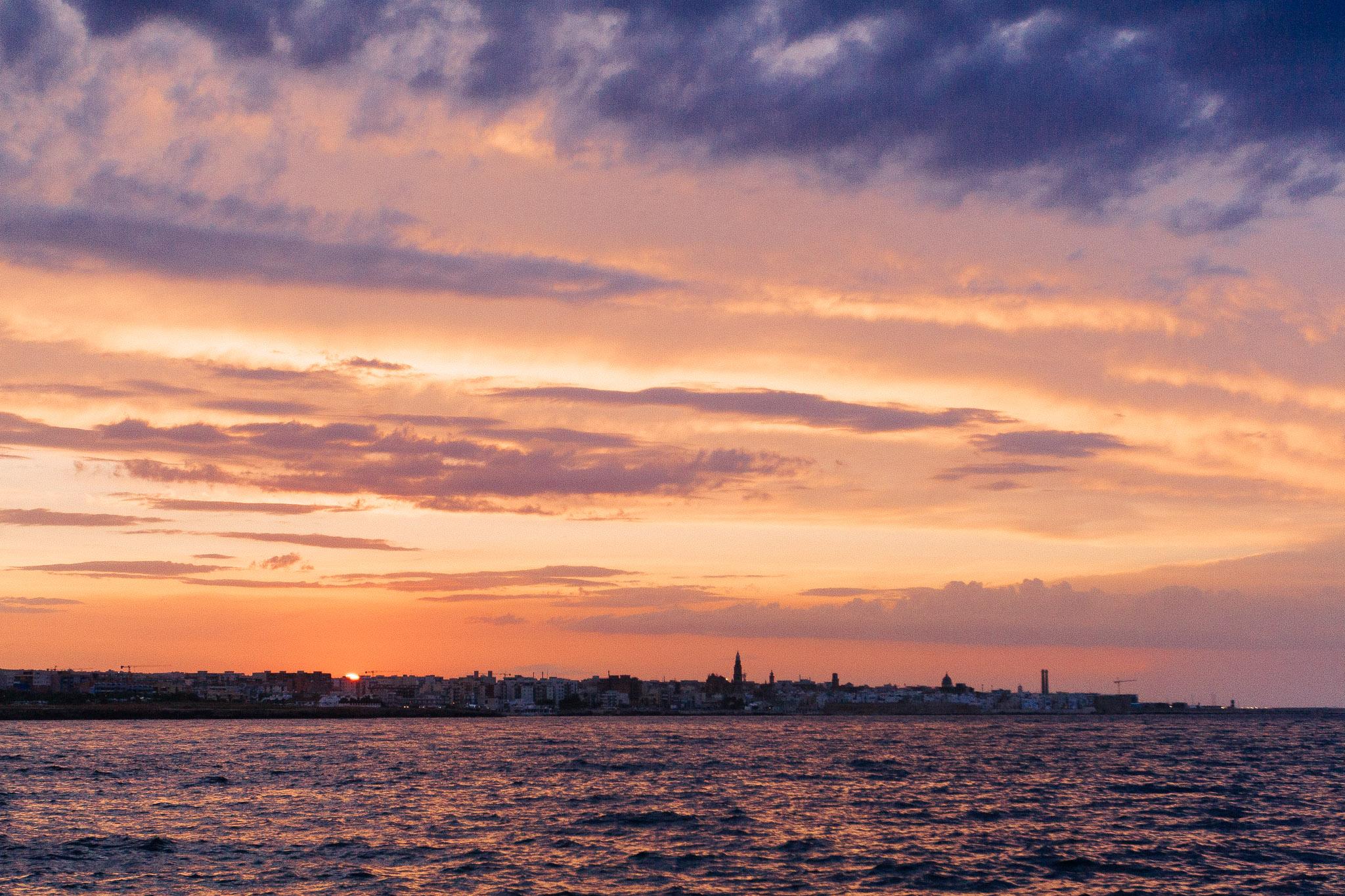 Dirigo Horizon - Viaggi Avventura - Escursioni in Barca, Coastline of Monopoli seen from the open sea